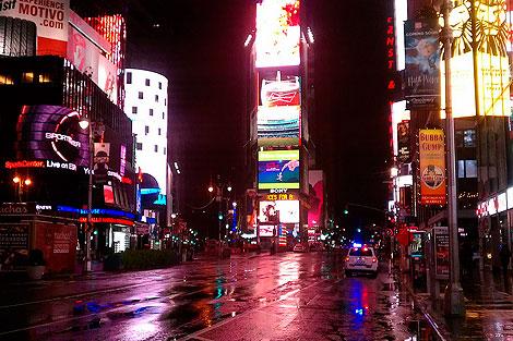 Times Square, desierta (y mojada)