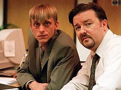 A la izquierda, el pelota de la serie británica 'The Office', con su jefe