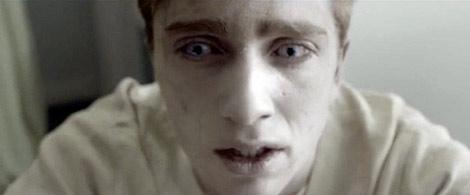 Kieren Walker, con su  aspecto muerto viviente. El Gobierno les proporciona lentillas y maquillaje
