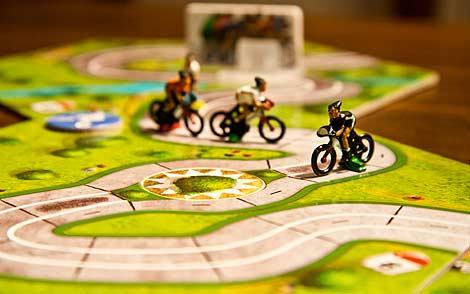 Escena tipo: ciclistas escapados con el (feo) pelotón al fondo