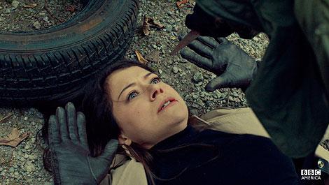Sarah, tomando la identidad de Beth, se ve en situaciones como esta