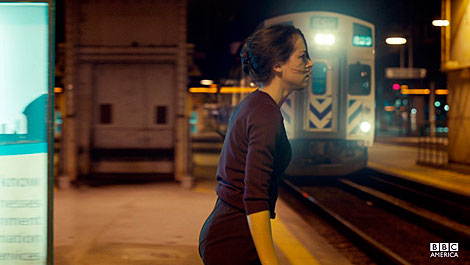 Una mujer quiere coger el tren o, mejor dicho, llevárselo puesto. Punto de partida