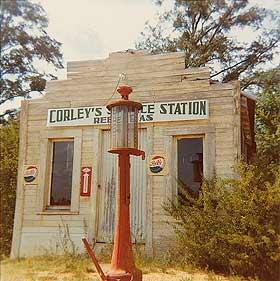 Gasolinera Rebel, Moundville, Alabama, 1964 © William Christenberry; cortesía Pace/MacGill Gallery, Nueva York