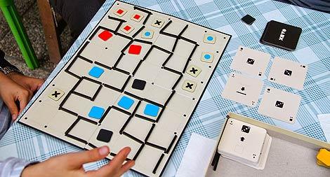 Partida a tres. Azul lo tiene muy bien para ganar. A la derecha, las cuatro cartas para el jugador en turno