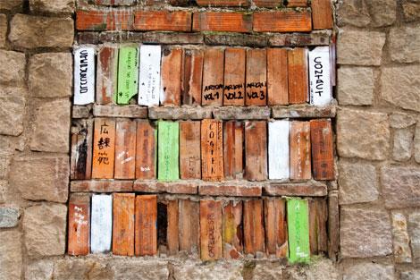 Una biblioteca de calle en un barrio barcelonés. Ahí sí que los libros son ladrillos...