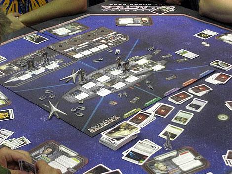 Partida de Galáctica: en el centro la nave; alrededor se masca la tragedia y la traición | Foto: BGG