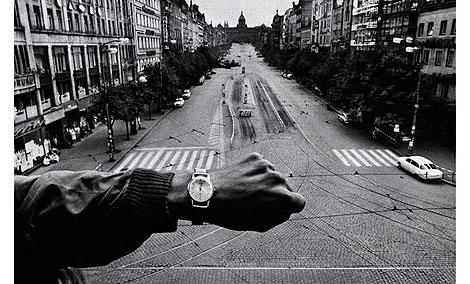 Mano y reloj de pulsera, 1968, copia de 1990 Cortesía Josef Koudelka/Magnum Photos © Josef Koudelka / Magnum Photos