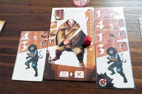 Gorobei alcanza y activa si kiai: descarta la carta superior (el 1) y aplica su poder; en este caso, eliminar dos cartas del mazo