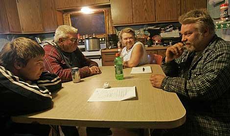 Steven, a la derecha, con sus padres, y su sobrino. En los buenos tiempos.