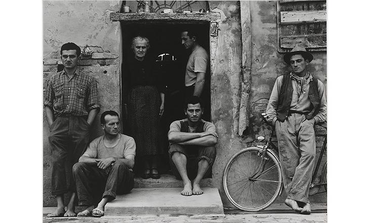 La familia, Luzzara (los Lusetti), 1953 (negativo), mediados-finales de la década de 1960 (copia) Copia a la gelatina de plata Philadelphia Museum of Art, Filadelfia. The Paul Strand Collection, adquirida con fondos aportados por Lois G. Brodsky