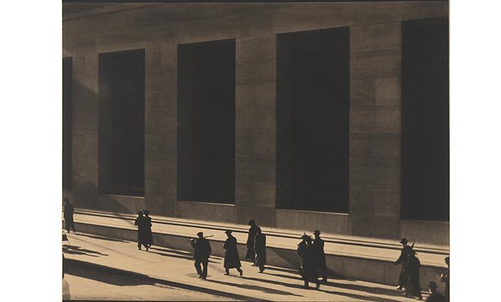 Wall Street, Nueva York, 1915 Copia al platino Philadelphia Museum of Art, Filadelfia. The Paul Strand Retrospective Collection, 1915-1975, donación de los herederos de Paul Strand, 1980- 21-2 © Aperture Foundation Inc., Paul Stra