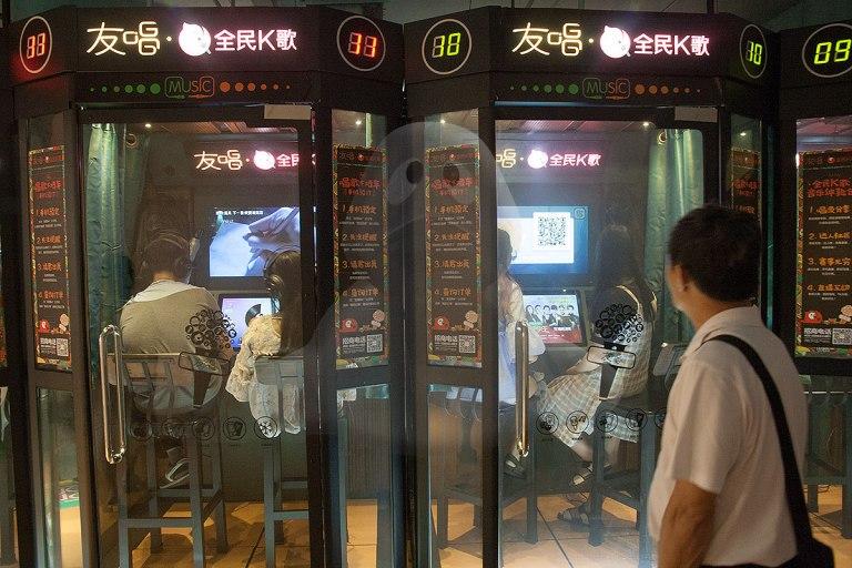 Cabinas de karaoke en un centro comercial.