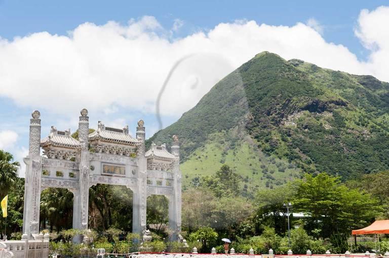 Monumental entrada al complejo del Buda gigante.