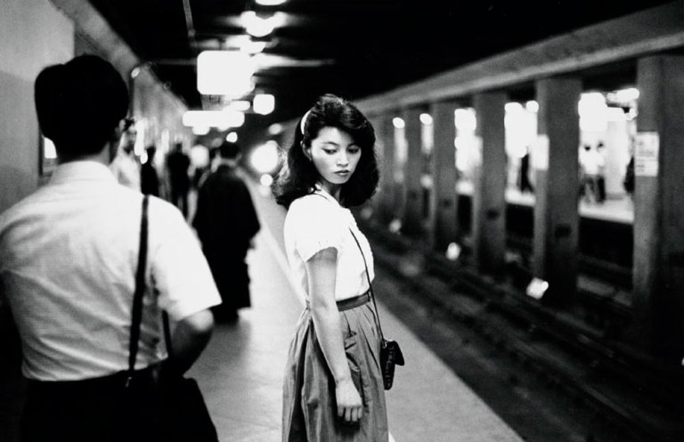 Girl in the subway, Tokyo [Chica en el metro, Tokio], 1981.  Copia a la gelatina de plata, 23,7 x 30,9 cm. Nederlands Fotomuseum  Foto: © Ed van der Elsken / Collection Stedelijk Museum Amsterdam.