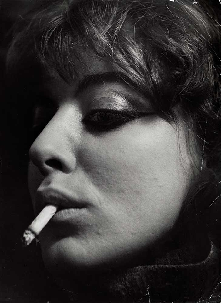 Vali Myers con un cigarrillo, Paris, 1953 Nederlands Fotomuseum / © Ed van der Elsken / Collection Stedelijk Museum Amsterdam
