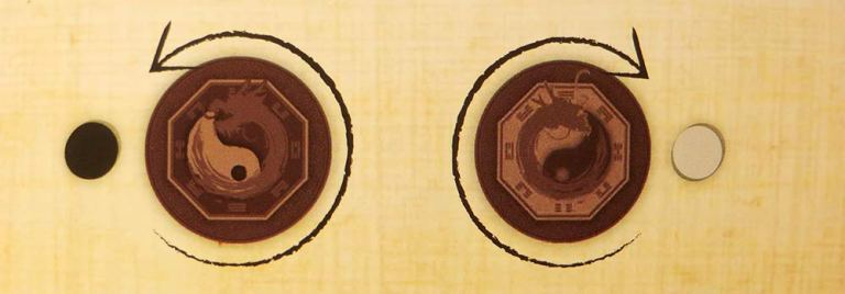 La moneda marca el sentido de las piedras sobre el Ba-gua.