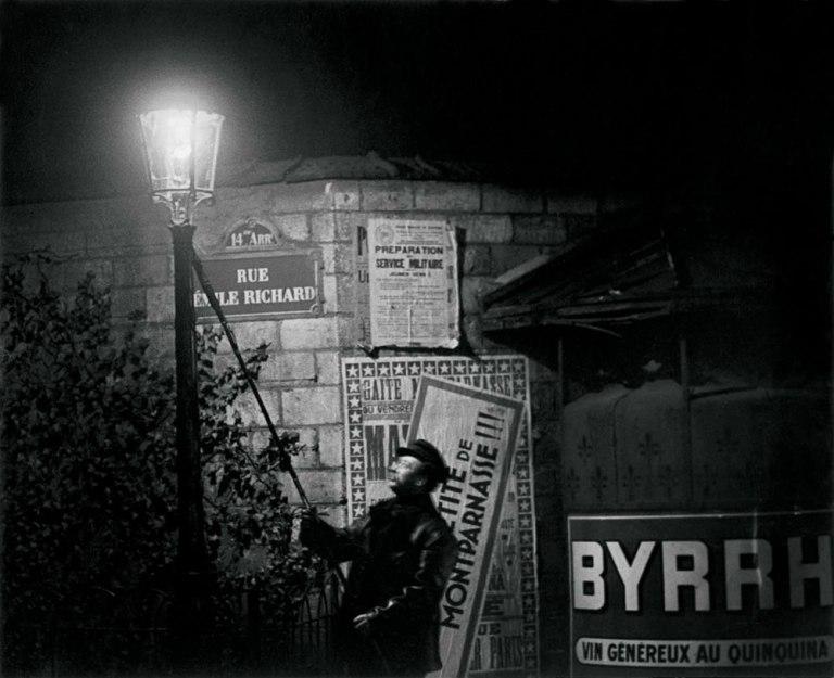 Apagando una farola, rue Émile Richard c. 1932 | Brassaï/Estate Brassaï Sucession, París