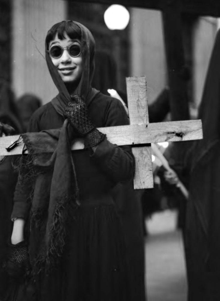 Prolegómenos de una procesión de Semana Santa en Barcelona