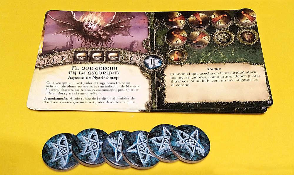 Tarjeta de primigenio con su marcador de perdición y conteo de Símbolos Arcanos para derrotarle.